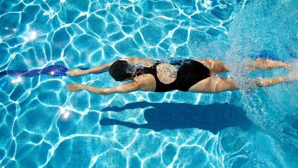 Nuotare ha molti benefici per il nostro fisico.
