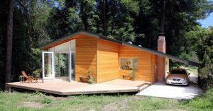 Comoda casa in legno prefabbricata con posto auto.